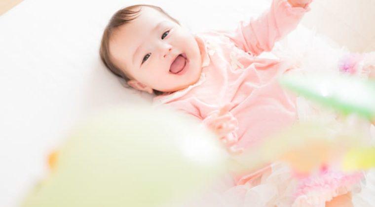 赤ちゃんが寝て笑ってる